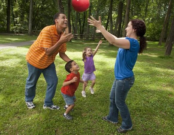tiếng cười là liều thuốc vô giá cho trẻ, giúp trẻ suy nghĩ tích cực