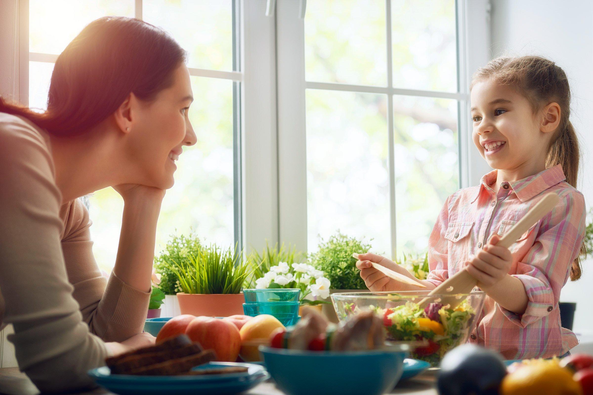 cha mẹ cần học kỹ năng lắng nghe và nói chuyện với con
