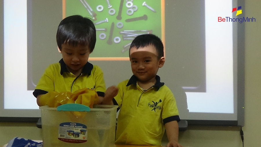 trẻ 3-4 tuổi làm thực hành