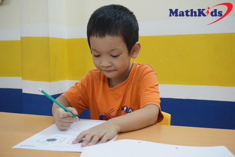 Trung Hiếu tập trung làm bài tập tại MathKids
