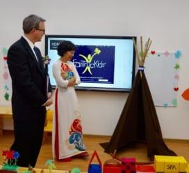 Ngài Jim Curtis, Tùy viên Thương Mại Hoa Kỳ đến thăm Bé Thông Minh Minh Khai