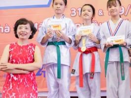 Bà Hoàng Mỹ Anh, Giám đốc Bé Thông Minh trao học bổng