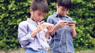 trẻ sử dụng điện thoại